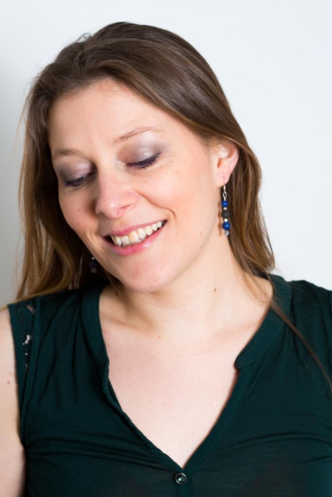 Annvie portant les boucles d'oreille en pierre de lave et lapis-lazuli